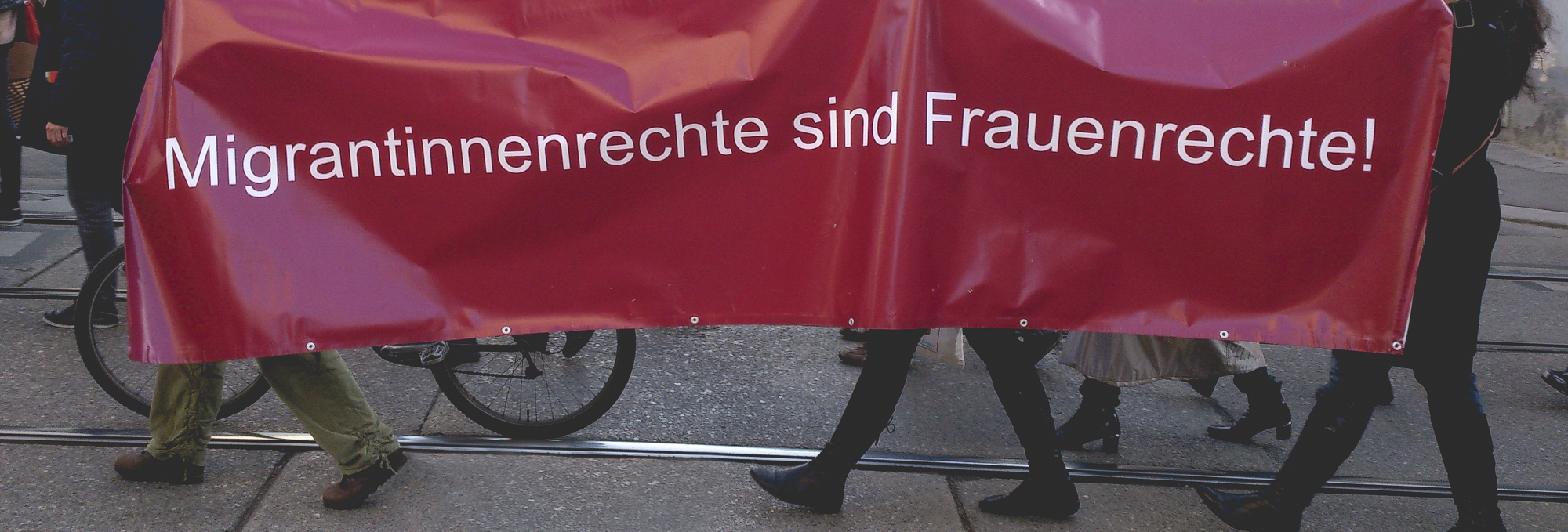 Banner mit Aufschrift: Migrantinnenrechte sind Frauenrechte